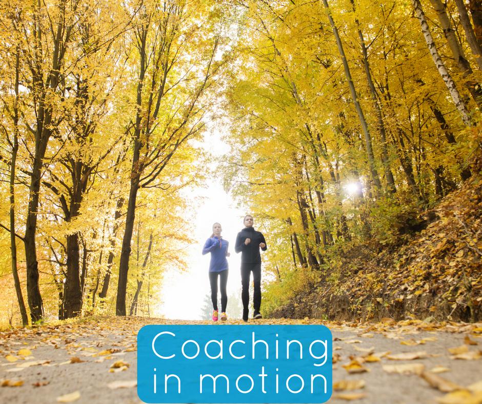 Coaching in motion, joggande par i park